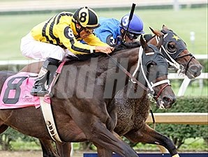 Carve fights off Adirondack King to win the West Virginia Governor's Stakes.