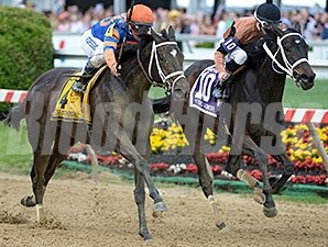 Stopchargingmaria (left) gets by Vero Amore to win the Black-Eyed Susan Stakes.