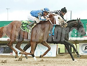 East Hall (left) comes on late to get the win in the Ohio Derby.