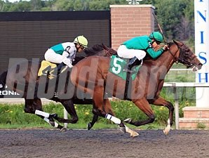 Lucky Lewis wins the 2011 Lil E Tee Handicap.
