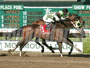 Raging Daoust wins the 2013 Salvator Mile.