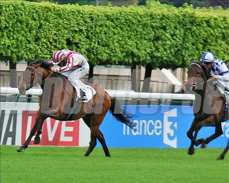 Cirrus des Aigles set the pace and repelled a bid from Al Kazeem to land the Prix Ganay (Fr-I) for the third time at Longchamp in France.