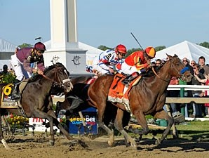 Lookin At Lucky wins the 2010 Preakness.