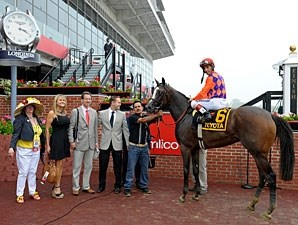 Summer Applause wins the 2013 Allaire Du Pont Distaff.
