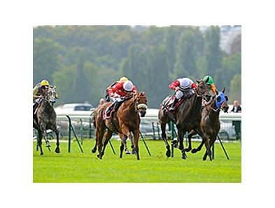 Maarek, center/red and white dot silks, wins the Qatar Prix de l'Abbaye de Longchamp.