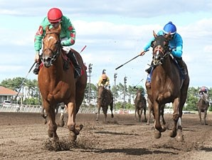 Badge of Glory wins the 2013 Minnesota Oaks.
