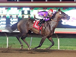 Sky and Sea wins the 2014 Minnesota Oaks.