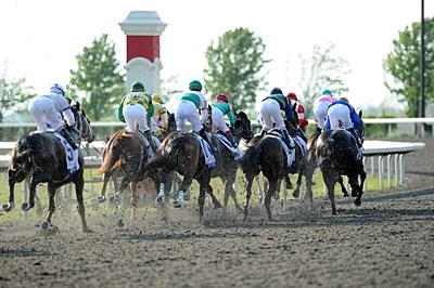 The Blue Grass Stakes field runs into the first turn.