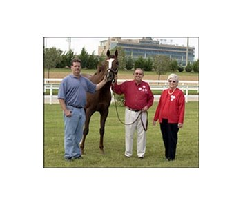 Kitten's Joy, flanked by trainer Dale Romans, left, and Ken and Sarah Ramsey.