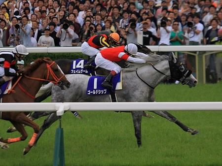 Trying to win the Tenno Sho (Spring) (Jpn-I) for the third time, after two previously unsuccessful attempts, Gold Ship finally broke through to win the race at Kyoto. Gold Ship scored by a neck from Fame Game, with Curren Mirotic hanging on for third after leading 600 meters out.