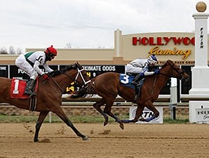 Justalittlesmoke wins the 2015 First Lady Stakes.