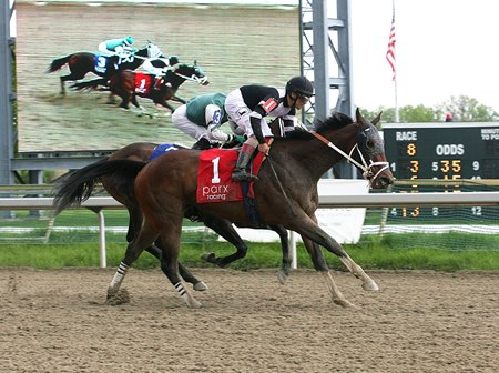 Miss Inclusive finishes first in 2016 Parx Oaks