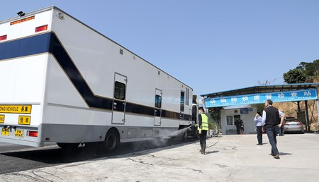 Cleaning the horse truck at SEDFZ Successful cross-border movement of horses between Hong Kong and Mainland China marks major milestone in the development of the Conghua Training Centre in Guangzhou