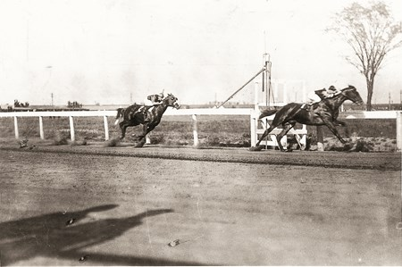 Man o' War and Sir Barton match race in 1920 (Head of stretch)