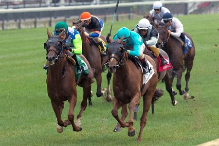 Rainha Da Bateria (outside) wins the 2016 Canadian Stakes