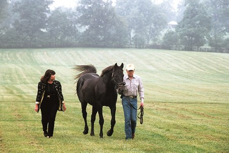 Karen and Mickey Taylor flank Seattle Slew at Three Chimneys Farm in 2000.