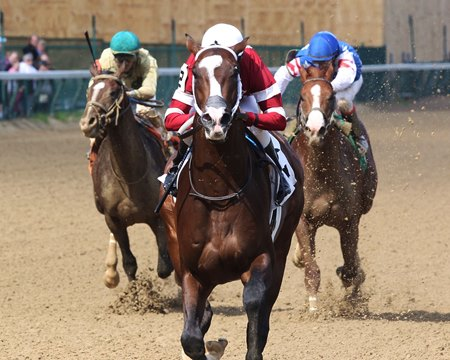 Copper Bullet easily breaks his maiden at Churchill Downs