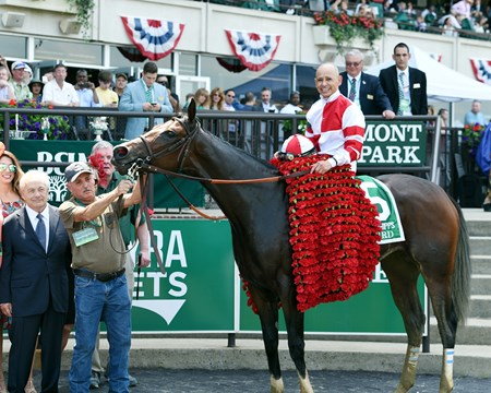 Songbird wins the 2017 Ogden Phipps