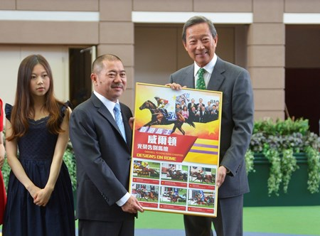 Club Chairman Dr Simon Ip presents a commemorative photo frame to Designs On Rome Owner Cheng Keung Fai.