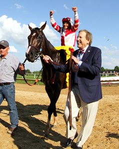 Rick Porter leads Songbird and Mike Smith into the Delaware Park winner's circle