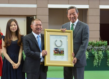 Owner Cheng Keung Fai presents a framed Designs On Rome horseshoe to the Hong Kong Jockey Club Chairman Dr Simon Ip.