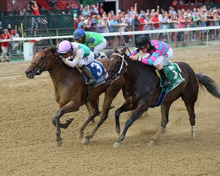 Paulassilverlining runs by Finley'sluckycharm to collect her fourth consecutive victory