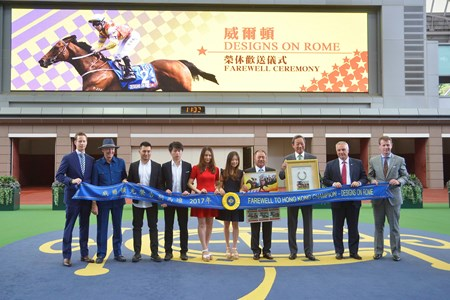 Club Chairman Dr Simon Ip, HKJC Executive Director, Racing Business and Operations Anthony Kelly, Club's Executive Director, Racing Authority Andrew Harding, Owner Cheng Keung Fai and his family, and trainer John Moore pose for a group photo at Designs On Rome's farewell ceremony.