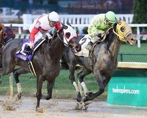Tricky Escape wins the 2017 Cardinal Handicap