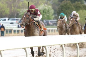 Stage Raider breaks his maiden by 10 3/4 lengths at Keeneland