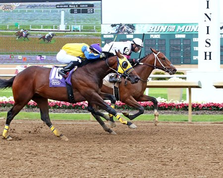Icy Storm (inside) breaks his maiden at Indiana Grand